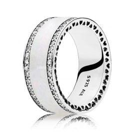 Pandora 191024EN23 Damen-Ring Perlglanz Herzens-Band